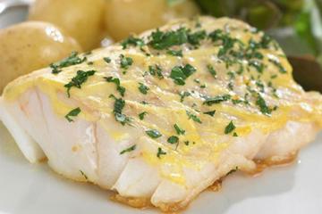 Μπακαλιάρος με πατάτες και σάλτσα λεμονιού
