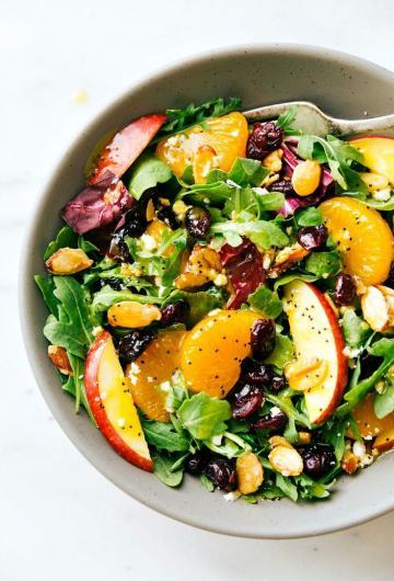 Συνταγή: Σαλάτα με φρούτα και ξηρούς καρπούς